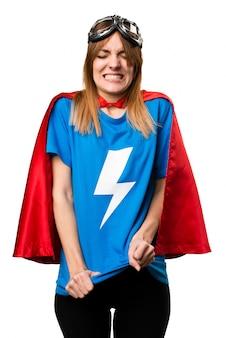 Злобная девушка-супергероя, кричащая