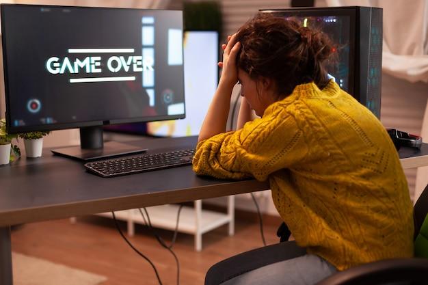 シューティングゲームをプレイしているときに怒っているプロゲーマーは、モックアップビデオゲームプレーヤーでゲーマーを失ったためです...