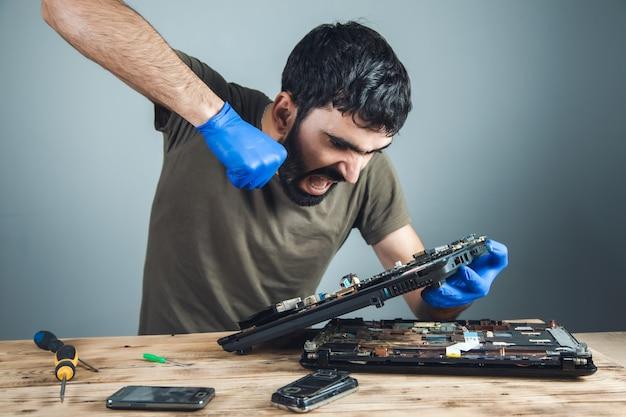 Злой ремонтник ручной компьютер на столе