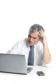 성 난 슬픈 수석 회색 머리 사업가 노트북