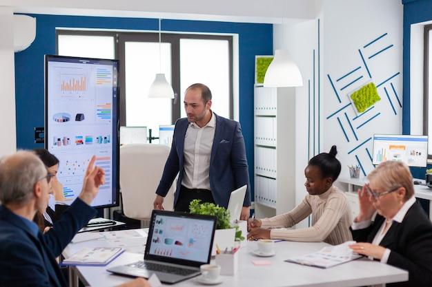 Esecutivo aziendale urlante arrabbiato nella sala riunioni della conferenza a causa di problemi finanziari nella sala riunioni