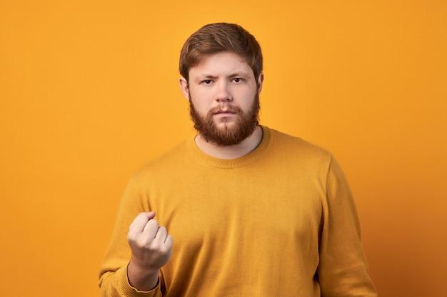 太いあごひげを生やした怒っている厳格な男は、激怒し、警告と脅威を表現し、彼の力または毅然とした態度を示しています