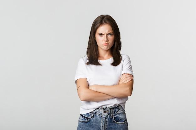 怒ったやめなさい女の子は腕を組んで眉をひそめ、気分を害した。