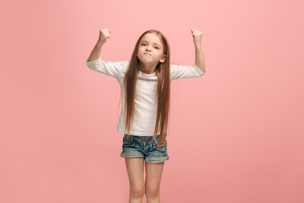 Сердитая девочка-подросток, стоящая на модной синей студии