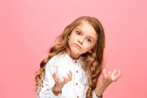 Сердитая девочка-подросток, стоящая на модной голубой студии.