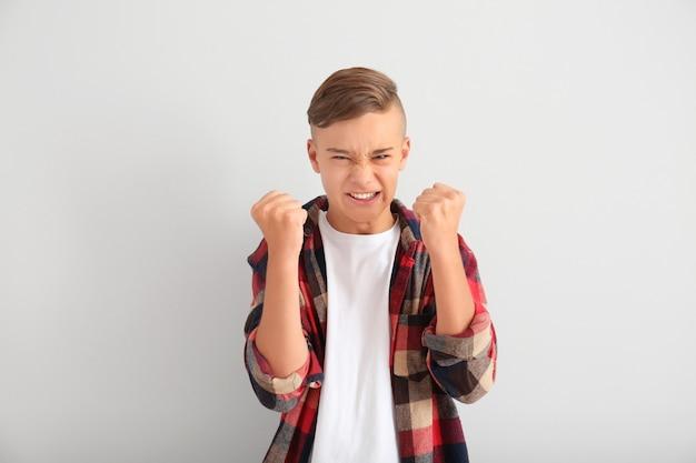 Злой мальчик-подросток на белом