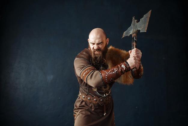 Злой викинг с топором, изображение варвара