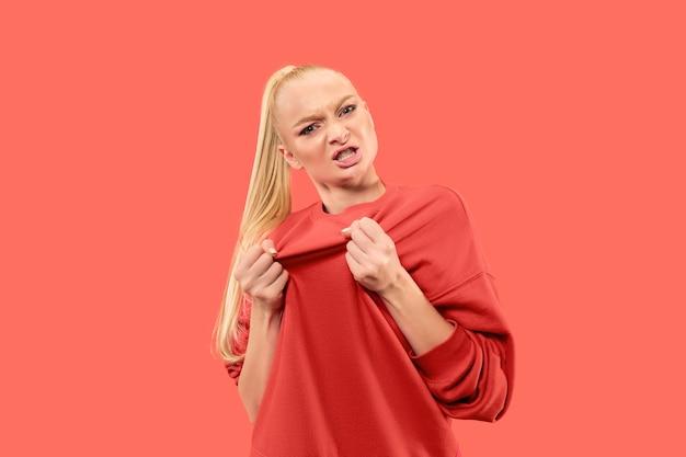 카메라를보고 화가 난 여자. 유행 산호 스튜디오 배경에 고립 된 서 적극적인 비즈니스 여자. 여성 절반 길이 초상화. 인간의 감정, 표정 개념