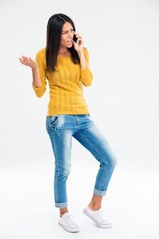 電話で話している怒っている女性