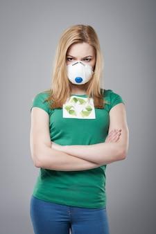 怒っている女性は保護マスクを着用