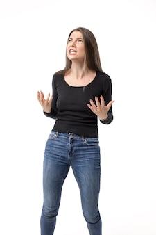 イライラと欲求不満で積極的に身振りで示す怒っている若い美しい女性
