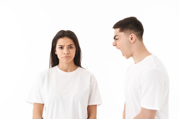 화난 젊은 부부, 서 있는, 고립된, 백색 위에서, 벽, 가지고 있는, 논쟁