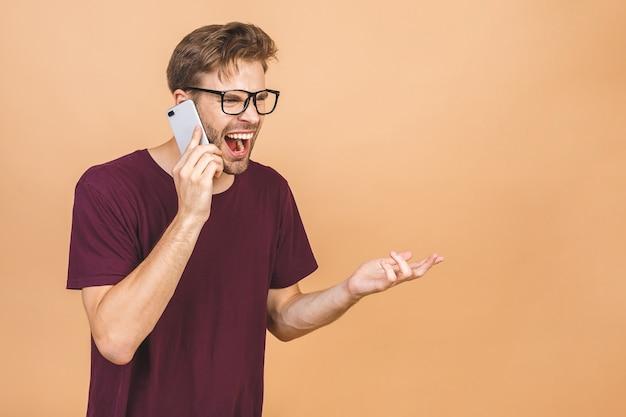 고립 된 휴대 전화에 성 난 젊은이 비명