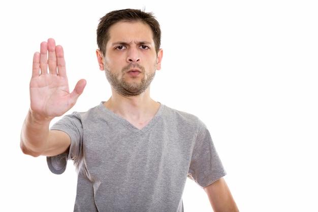 Сердитый молодой человек со знаком стоп рука