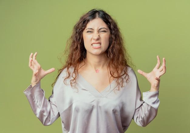 Сердитая молодая красивая женщина офисный работник разводит руки