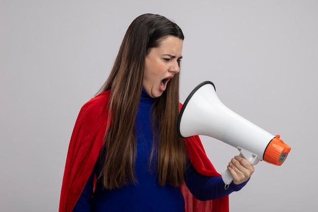 怒っている若いスーパーヒーローの女の子は、白で隔離のスピーカーで話します
