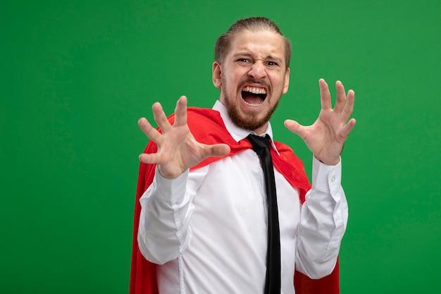 녹색 배경에 고립 된 호랑이 스타일을 보여주는 카메라를보고 화가 젊은 슈퍼 히어로 남자