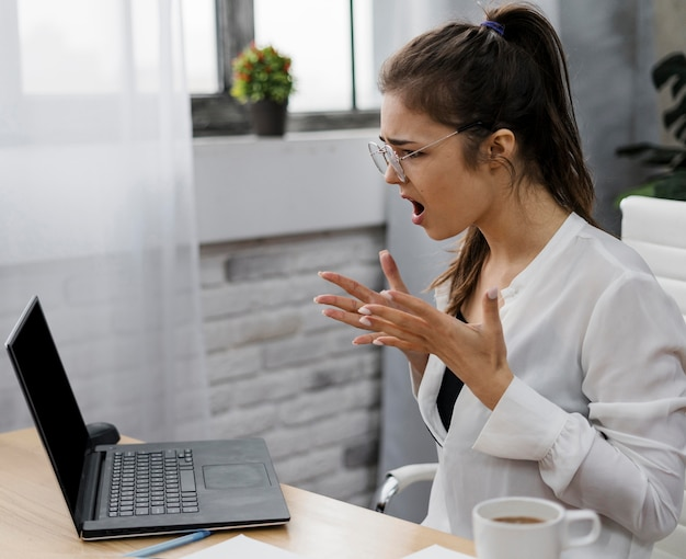 Сердитая молодая женщина, работающая из дома