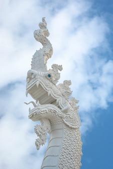 Скульптура животных, древняя архитектура белых наг - прекрасное искусство (pitak naga)