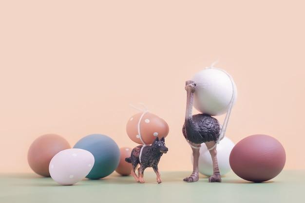 イースターエッグを運ぶ動物(ミニチュア)。新年とヴィンテージの背景。