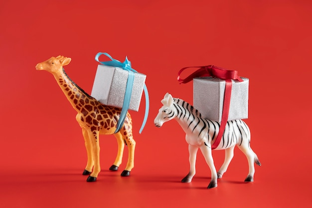 Giocattoli di animali che trasportano scatole presenti