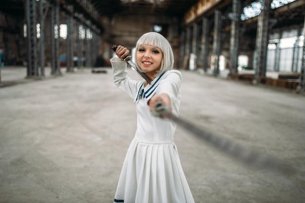 Блондинка в стиле аниме с мечами