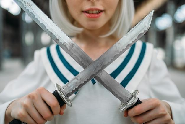 Блондинка в стиле аниме с двумя мечами. косплей мода, азиатская культура, кукла с лезвием