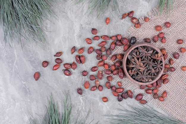 Spezie di anice in una tazza di legno con i fianchi