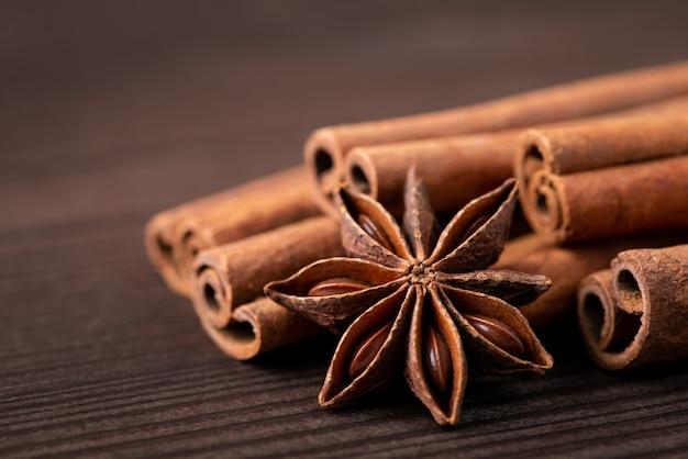 茶色の木製テーブルにアニススターとシナモンスティック