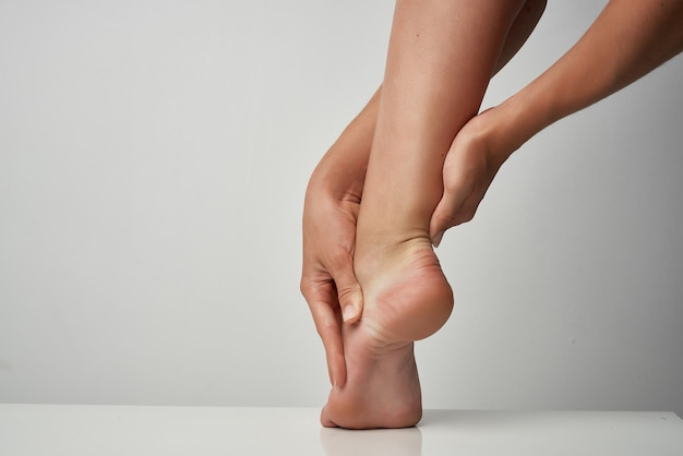 足首の痛みのマッサージ治療薬の健康上の問題