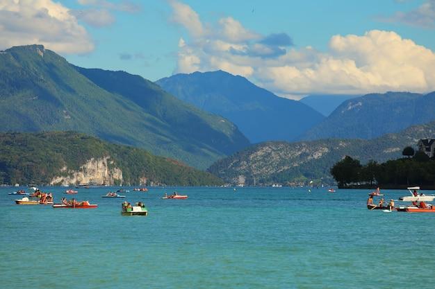 안시, 프랑스,-2020 년 8 월 20 일 : 프랑스 안시 호수 전망. 안시 호수는 프랑스 오트 사부 아에있는 페리 알파인 호수입니다.