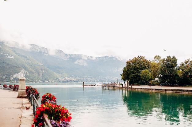 Вид на озеро анси из города анси. фото высокого качества