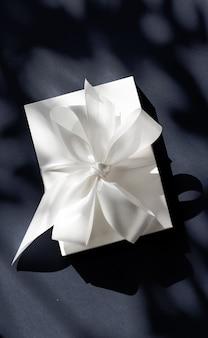 Промо-акция по продаже магазина празднования годовщины и концепция роскошного сюрприза роскошная праздничная белая подарочная коробка ...