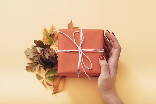 結婚記念日プレゼント。注意ケア。ギフト用の箱。秋は花の装飾の配置を残します。