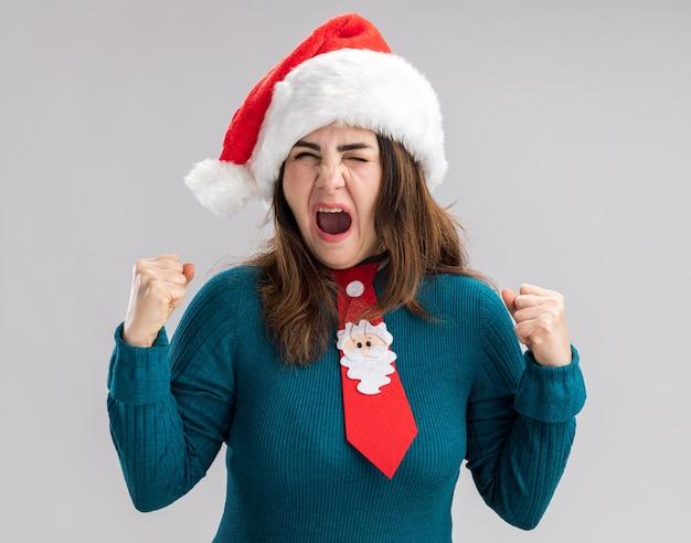 산타 모자와 산타 넥타이 복사 공간 흰색 배경에 고립 주먹을 유지 짜증이 성인 백인 여자 무료 사진