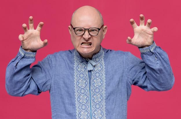 호랑이 발을 몸짓으로 광학 안경을 쓰고 파란색 셔츠에 짜증 성인 슬라브 남자