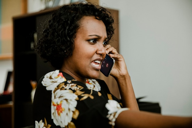 전화 통화 화가 흑인 여성