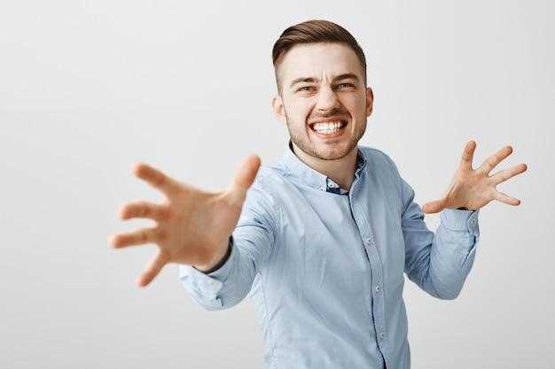 腹が立つビジネスマンは怒って手を伸ばして誰かを首を絞める