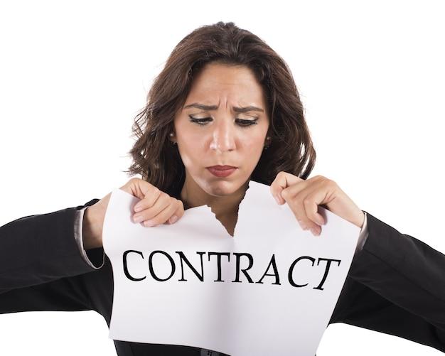 Раздраженная бизнес-леди разрывает документ трудового договора