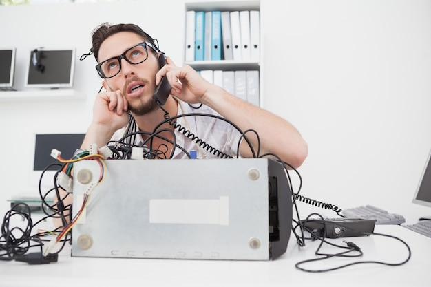 전화를 거는 화가 컴퓨터 엔지니어