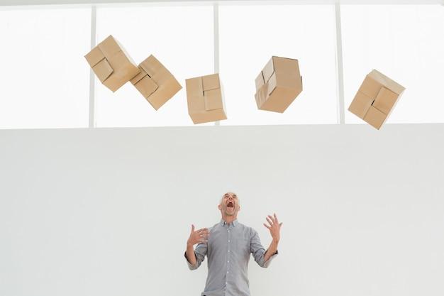 떨어지는 상자와 화가 성숙한 남자 프리미엄 사진