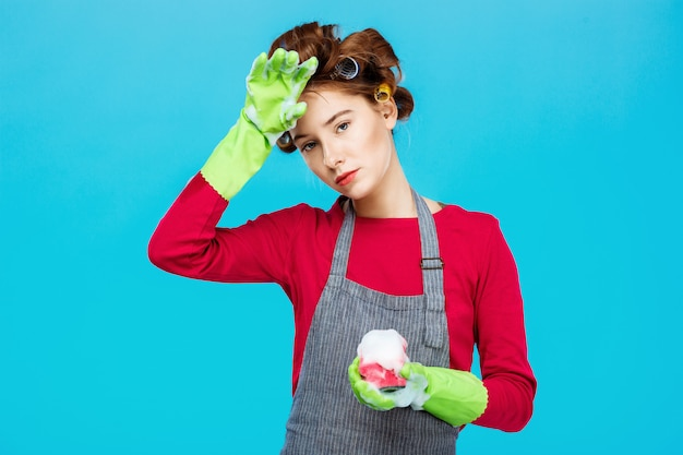 Раздраженная милая женщина отдыхает во время стирки и уборки