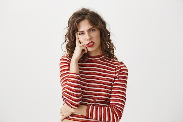 Donna infastidita che guarda con disprezzo, stufo