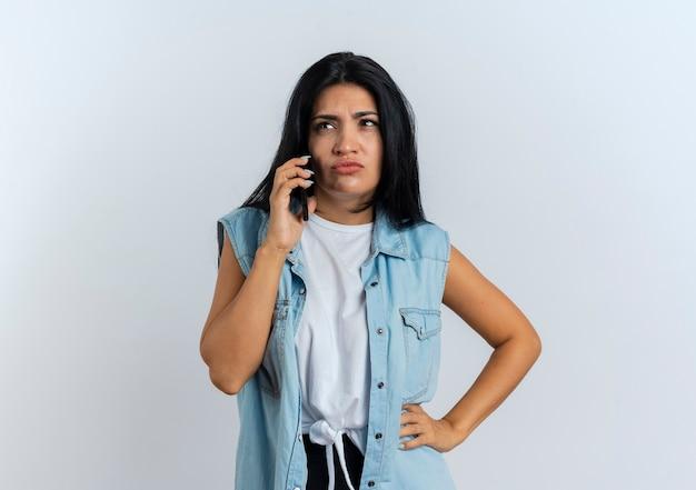 전화에 짜증이 어린 백인 여자 회담