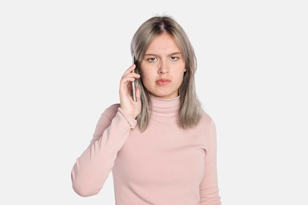 Раздраженная молодая женщина по вызову