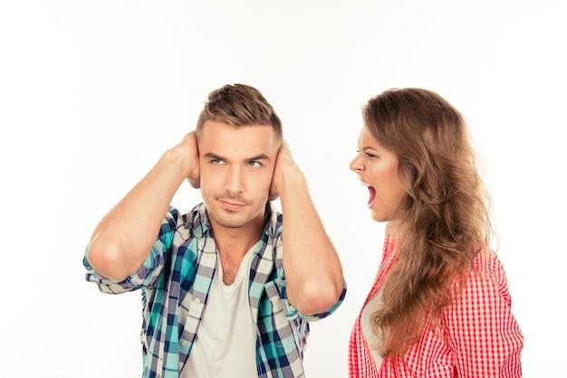 Раздраженная молодая женщина кричит на своего парня