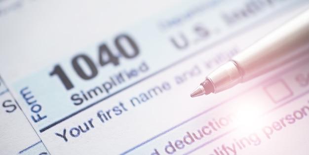 Годовая налоговая отчетность. налоговая форма на столе. финансовая отчетность на подпись.