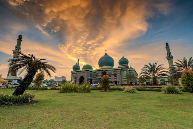 Большая мечеть аннур пеканбару, масджид агунг пеканбару, риау, индонезия
