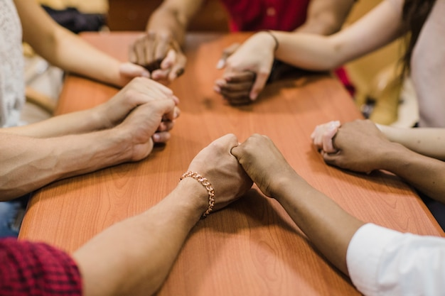 Анонимные люди держатся за руки