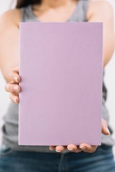 카메라에 익명 여자 보여주는 책